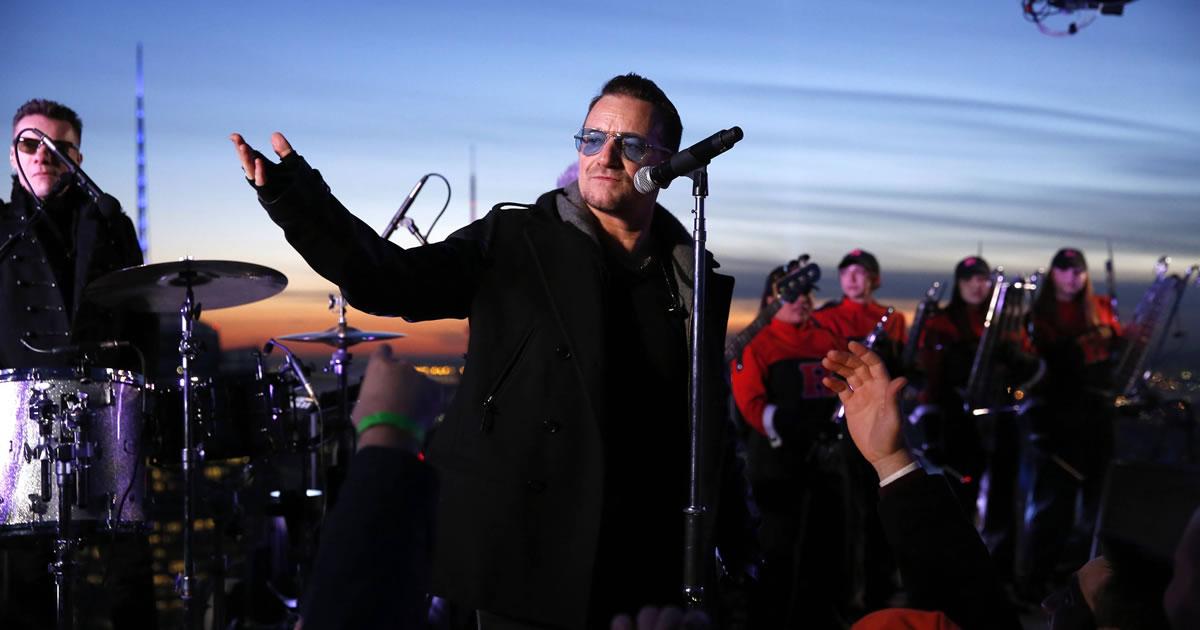 """U2 tocaram novo single """"Invisible"""" no topo do """"30 Rock"""" na estreia de Jimmy Fallon na apresentação do """"Tonight Show"""""""