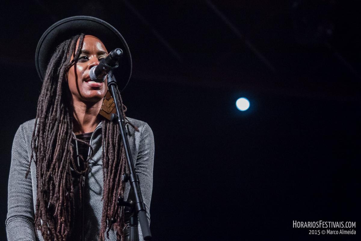 Vê todas as fotos de Akua Naru no Vodafone Mexefest