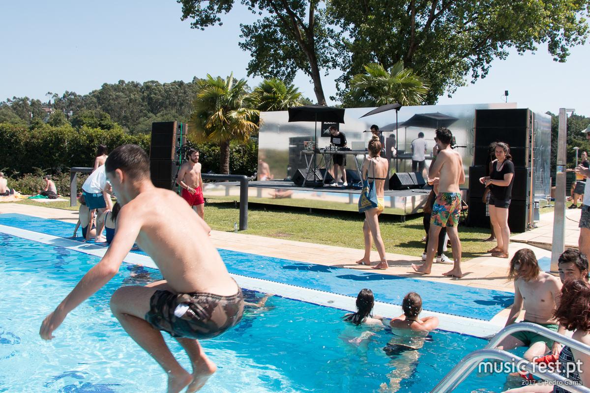 """For those about to """"swim"""" we salute you! 1º dia (oficial) do Milhões de Festa"""
